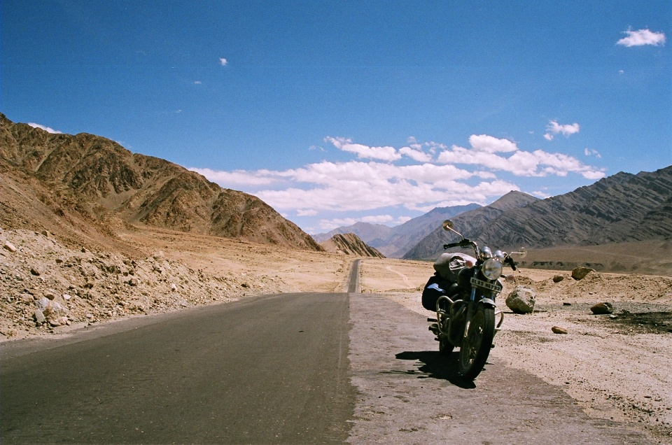 the final kilometres to leh are along the indus, along this straight, straight road. for the first time in days, the bike moved into fifth gear, and flew and flew. aaaah. :-)